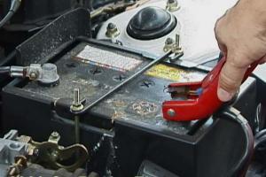 Как подзарядить автомобильный аккумулятор