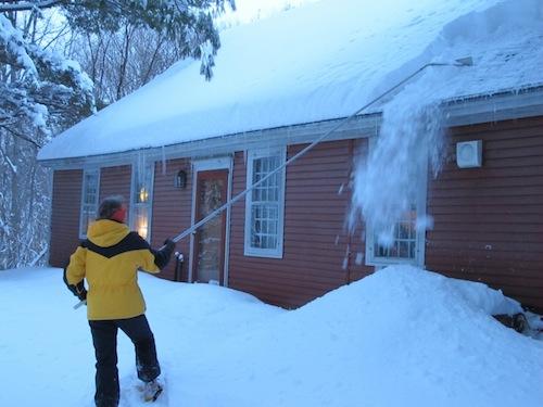 Как убрать снег на крыше