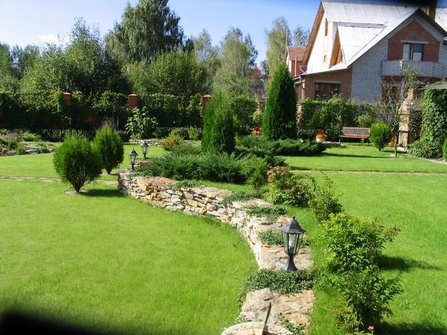 Красивое оформление двора в дачном секторе
