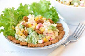 Как сделать салат с колбасой и сухариками
